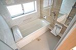 浴室には窓!浴室は湿気がたまりやすく、換気扇だけではどうしてもカビが出やすいです