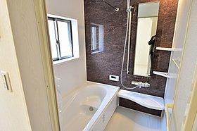 白を基調にした清潔感のある浴室で1日の疲れを流して下さい。