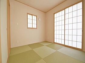 リビング横の和室はホッとできる癒しの空間です。