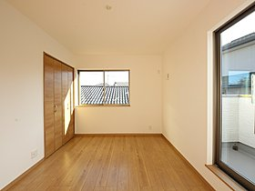 ワイドサイズの窓と2面採光がもたらす豊かな光のさすお部屋