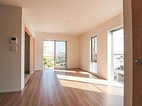 光を取り入れ、窓をあけると心地よい風が吹き抜ける住空間