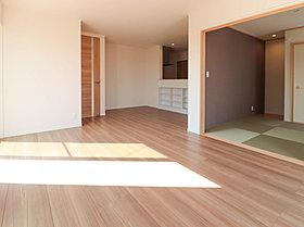 LDKと和室が一体となった奥行きのある空間。