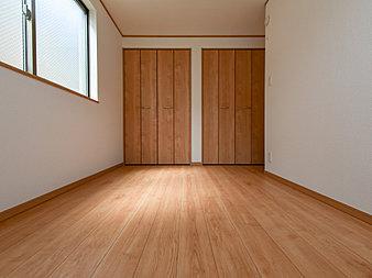どの部屋にもたっぷりの収納。お部屋にあまり収納家具をを置く必要が無くなり、ゆったりとした住空間が実現可能です。(D号棟)
