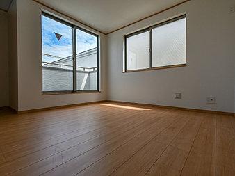 大きな窓で彩られた空間は、心地よい風と伸びやかな眺めを愉しむ特等席に。(A号棟)