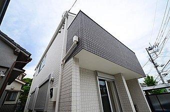 「新横浜」駅徒歩8分・「岸根公園」徒歩5分、通勤・通学に便利な立地。
