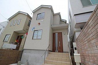 2号棟現地写真。住まいの安心を支える「鉄筋入りコンクリートベタ基礎」は 湿気対策と耐震性に優れてます