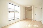 洋室1 7.5帖の主寝室♪南バルコニーに面し日当たり良好です♪ 2号棟