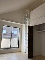 1号棟の洋室。天井が高く開放感有。便利なロフト付き。