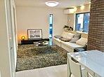 A号棟リビング。家具を配置しているので実際の生活空間がご確認いただけます。