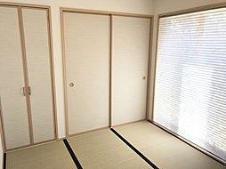 日の当たる和室でゆったりと過ごして頂けるゆとりのあるお部屋に仕上げてあります!! 小さなお子様の遊び場や、奥様の家事スペースにも使えます!!