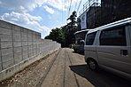 前面の道路は4mの幅のある公道ですので横幅のある車でも通行できます。