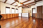 梁のある開放的なオープンキッチン、IHクッキングヒーター、浄水器、食洗機、家電収納完備、ソフトダウン吊戸棚、耐震ラッチ付。