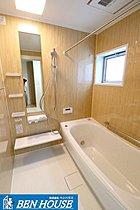 1坪のゆとりのある浴槽と浴室乾燥機が標準設備