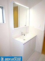 大型洗面台が標準設備として導入しております。