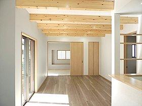 梁見せ天井と、和室への続き間で立体感ある大空間