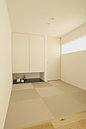 リビングと続きには小上がりのタタミスペースは子供の遊び場所、来客用の予備室として活用できます。