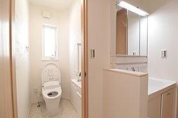 2階のトイレと洗面所。渋滞しがちなおでかけ準備もスムーズ