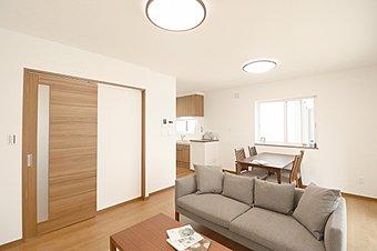 [No.1(モデルハウス仕様)] 家具や小物が配置されたモデルハウス仕様になっております。新生活がイメージしやすいのでぜひご覧ください。