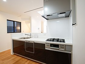 三口コンロで料理の幅を拡げてくれる使いやすいシステムキッチン