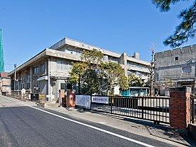 鈴谷小学校まで700m 学校教育目標は「かしこく たくましく