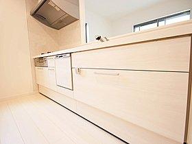 <キッチン収納>調理器具や食器などの小物がいっぱいのキッチン