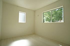 洋室の窓からのぞく緑に癒されます。