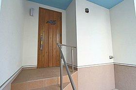 オシャレな玄関ドア・階段は手摺付
