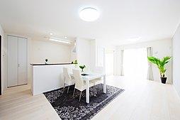【LDK】(内観写真) コーディネート家具設置中◎ 続き間和室付きで22帖以上のLDK♪ 収納豊富で綺麗を保てます(*^^*)