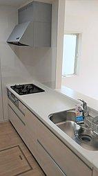 ◇キッチン◇ システムキッチンを採用。十分な調理スペースのあるスッキリしたキッチンとなっています。調理器具などをしまえるキャビネットも豊富で、お料理もはかどりそうですね。