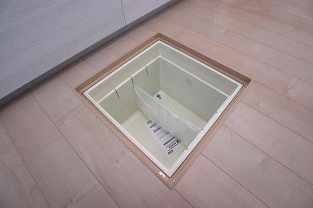 【床下収納】水や非常食といったかさばる物、またいざという時の防災グッズなどの収納にとても便利です。
