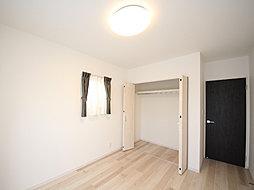 家族一人ひとりの大切なプライベート空間。趣味・感性で個性的に飾って頂けるようシンプルに仕上げました。段差のないクロゼットは掃除しやすく清潔な居室を保ちます。(T-3)