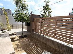明るい陽光が差し込む庭は、家族の記念日にシンボルツリーの植栽・ガーデニングや家庭菜園など楽しんでいただけます。四季折々の姿を家族で楽しんでいただけます。(T-2)