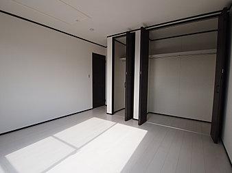 白の床に濃い色の扉の色を用いて、コントラストをつけてみました。収納量も豊富で奥様にご好評のパターンの一つです。
