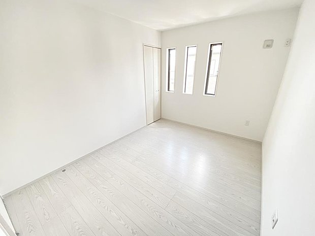 【洋室】■2階洋室 縦に長い窓が特徴的な2階の一室。建売では珍しいおしゃれなデザインです♪