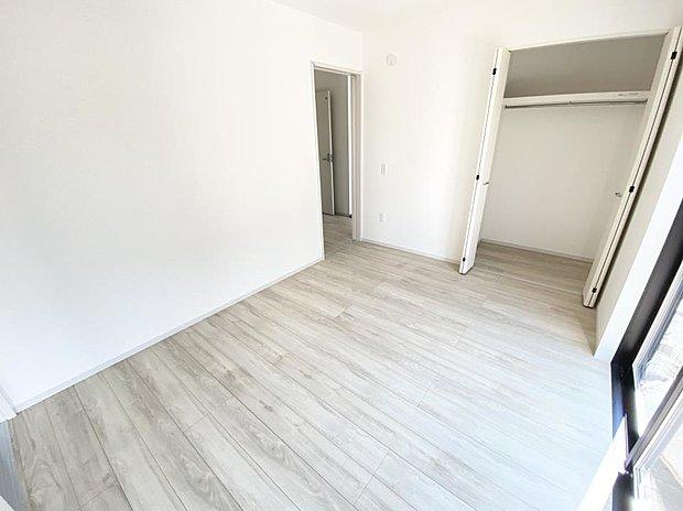 【洋室】■1階洋室 東町1期は全部屋フローリングなのでお掃除がしやすい!♪大きな窓と収納を備えた、1階の洋室です♪