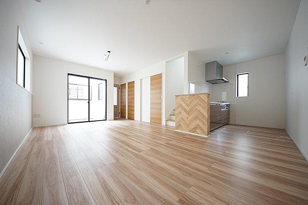 リビング16.6帖 人気のリビングイン階段を採用したコミュニケーションに長けた居室です(1号棟)
