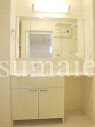 イーストエンジェル青山の大きめの鏡の付いた独立洗面台です