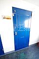 濃いブルーの扉...
