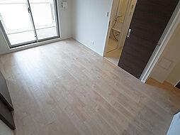 プリオーレ神戸大開通のリビング、日差し差し込み明るい室内