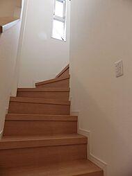 ミディアムブラウン色の階段です。