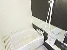 リフォーム済お風呂も新品のユニットバスを設置致しました。毎日入るお風呂も新品だと気持ちがいいですね。横長ミラーがお洒落です。