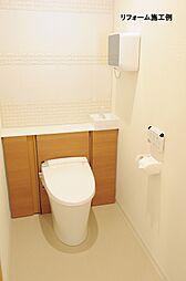 月々915円(総額320000円、金利1.075%35年)のリフォームで1ランク上の新品のトイレに。掃除しにくいタンク周りをキャビネットに隠しました。トイレ周りはさっとひと拭きで楽にお手入れできます。