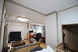 隣接する6.7帖洋室の扉はアコーディオン式のため開けるとリビングの延長として開放感のある空間になります