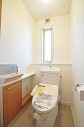 トイレには窓もあり換気も容易に行えます。