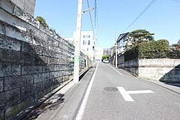 閑静な住宅街、交通量少なく安心です。