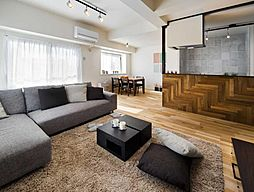大人カジュアル。くつろぎ感が増す大きめのソファを置いて。(施工事例)
