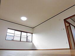 リフォーム済二階洋間12帖を南に向かって撮った写真です。南側にベランダがあるので、お布団が干しやすく、使いやすい寝室になりそうです。
