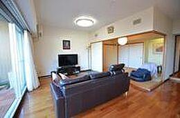 別方向からリビングダイニング及び和室を撮影。ご覧のように床もリフォームをしてフローリングに変更済み。
