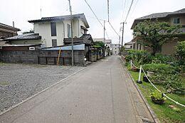 徒歩圏内には小・中学校、買い物施設等が揃う住環境です。