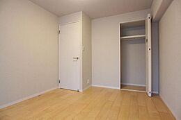 約6.0帖の洋室。クローゼット付き。全室フローリングとなります。